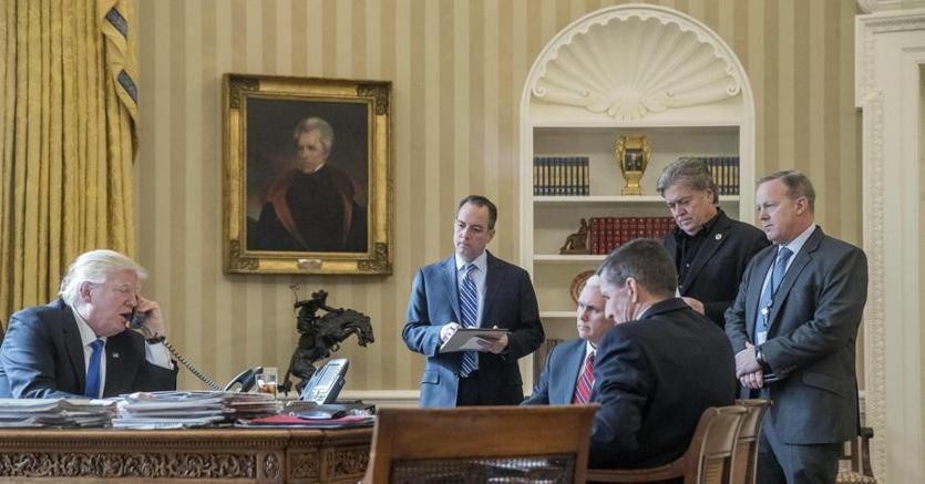 Il presidente Trump  con il suo team ora quasi tutto sostituito. Unico rimasto il vicepresidente Pence. Di spalle Flynn